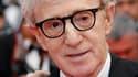 """Le réalisateur Woody Allen pose avant la montée des marches du palais des festivals de Cannes, l'année dernière. Son film """"Midnight in Paris"""" fera l'ouverture du festival en mai prochain. /Photo prise le 15 mai 2010/REUTERS/Jean-Paul Pélissier"""