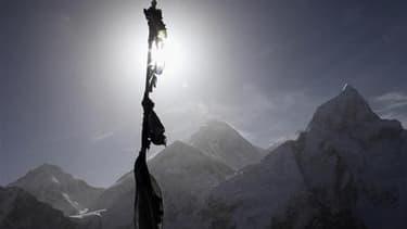 """Le massif de l'Everest vu depuis Kalapatta, au Népal. Un lycéen britannique de 16 ans est devenu le plus jeune alpiniste à réussir l'ascension des sept plus hauts sommets de la planète en se hissant jeudi sur le """"toit du monde"""". /Photo prise le 4 mai 2011"""