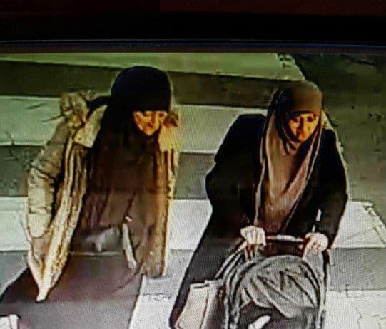 L'enfant a été vu avec deux femmes.
