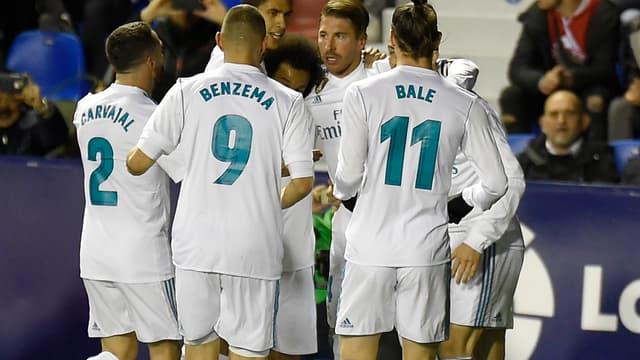 Sergio Ramos entouré par ses coéquipiers