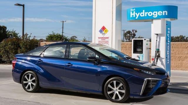 Toyota va présenter au CES sa Mirai-futur en japonais-première berline à pile à combustible. Le constructeur annonce mettre à disposition tous ses brevets.