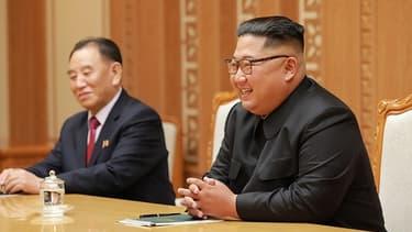 Le haut responsable nord-coréen Kim Yong Chol, en compagnie de Kim Jong-un.