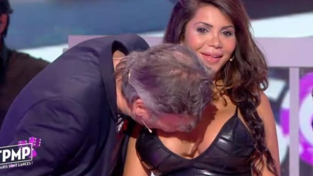 Jean-Michel Maire embrassant le sein de la jeune danseuse Soraya Raffi