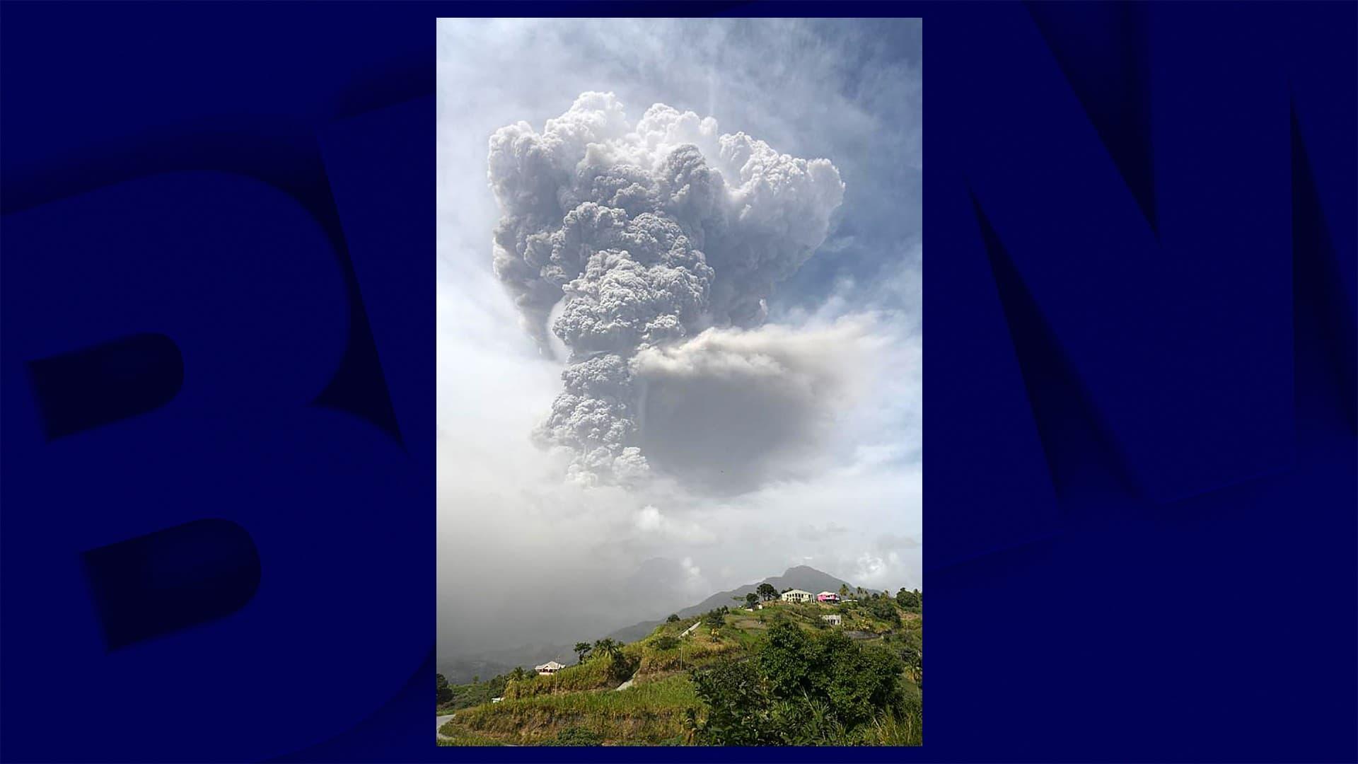 Aux Antilles, l'île de Saint-Vincent sous d'épaisses cendres après l'éruption de son volcan