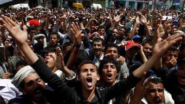 """Manifestants demandant le départ du président yéménite Ali Abdallah Saleh, dimanche devant l'université de Sanaa. Les Etats-Unis conseillent à leurs ressortissants de quitter le Yémen en raison d'un """"risque extrêmement élevé en matière sécuritaire du fait"""