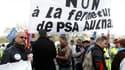 Salariés de l'usine PSA d'Aulnay-sous-Bois, qui redoutent sa fermeture, devant le QG de campagne de Nicolas Sarkozy, à Paris. Une délégation de trois syndicalistes CGT, CFDT et SIA (majoritaire) a été reçue jeudi matin par le chef de l'Etat. /Photo prise