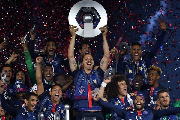 Zlatan Ibrahimovic soulève le trophée de champion de France avec le PSG en mai 2016