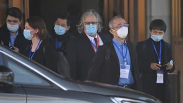 Des membres de l'équipe de l'Organisation mondiale de la santé (OMS) quittent l'hôtel Hilton Wuhan Optics Valley où l'équipe est actuellement basée après la quarantaine à Wuhan, dans la province centrale du Hubei en Chine, le 29 janvier 2021.