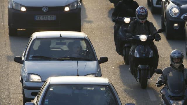 Des automobilistes sont bloqués dans un embouteillage sur le périphérique parisien, le 12 décembre 2013. (image d'illustration)