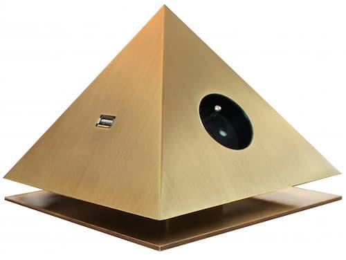 Cette pyramide n'est pas seulement une oeuvre d'art. C'est aussi une boitier multiprises que l'on trouve dans les suites de l'Hôtel Meurice.