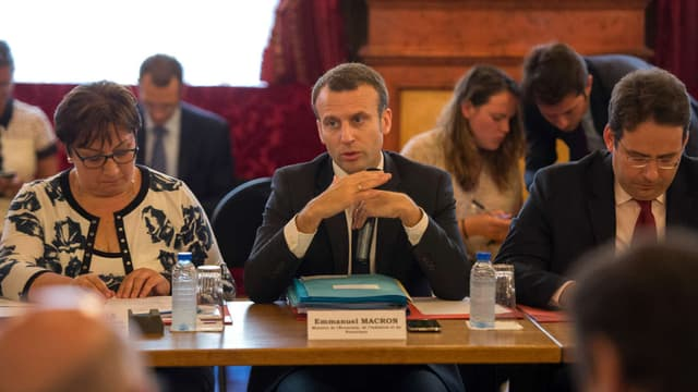 Le ministre de l'Économie Emmanuel Macron, la secrétaire d'État au commerce Martine Pinville, et celui en charge du tourisme, Matthias Fekl, le 25 juillet à Nice.