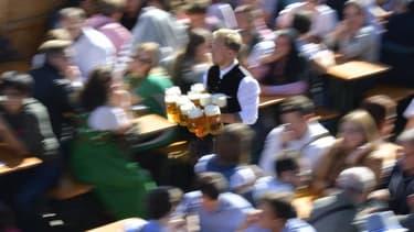Un serveur apportant plusieurs pintes de bière au cours de l'Oktoberfest à Munich en septembre 2019.