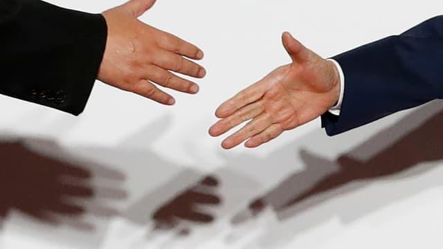 Poignée de main entre le président chinois, Xi Jinping, et le Premier ministre japonais, Shinzo Abe, lors du sommet du G20 à Osaka le 28 juin 2019 (photo d'illustration)