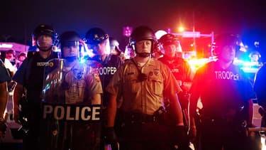 La police de Saint-Louis est positionnée sur Florisant Avenue, à Ferguson, pendant les manifestations d'hommage à Michael Brown, le 9 août 2014.