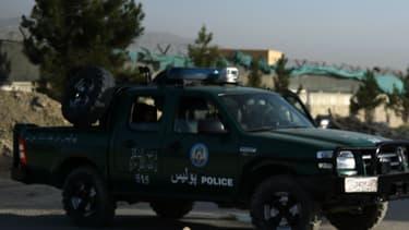 Un policier afghan à côté de l'hôtel Northgate, situé dans les faubourgs de Kaboul, où un camion piégé a explosé