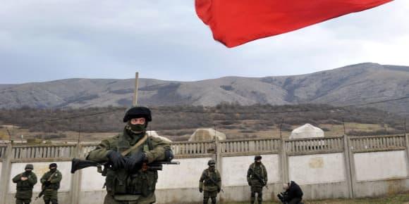 Des hommes armés devant une base militaire en Crimée