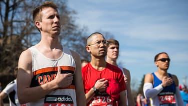 Les coureurs se sont récueillis avant le départ de la course, pour penser aux victimes des attentats de Boston de 2013.