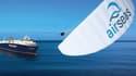 Seawing est une voile de 1000 m2, pliée sur le pont d'un navire. Elle est hissée sur un mât escamotable et se déploie et se replie de façon autonome.
