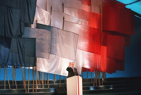 """François Mitterrand devant son pupitre """"jupiter"""" au meeting de Rennes, le 9 avril 1988. """"On les a voulus monumentaux"""", résume son communicant Gérard Colé"""