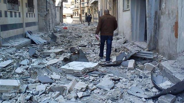 """Dans une rue de Homs, au début du mois. Le régime syrien n'a pas complètement rempli ses obligations concernant le retrait des troupes et des armes lourdes des villes et doit désormais envoyer un """"signal clair"""" montrant sa volonté de rétablir la paix, a i"""