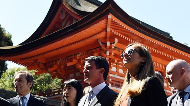 Le Premier ministre Manuel Valls et son épouse, Anne Gravoin, en visite officielle au Japon, le 3 octobre 2015.
