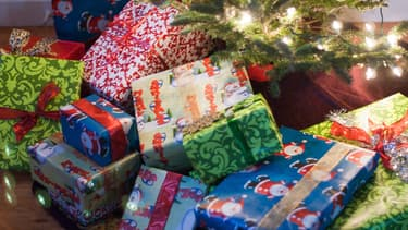 Des cadeaux de Noël déposés au pied d'un sapin (photo d'illustration)