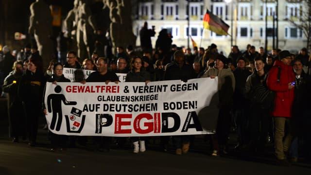 Des sympathisants du mouvement Pegida manifestent à Dresde, le 12 janvier 2015.