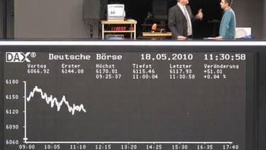 A la Bourse de Francfort, mardi. Les marchés financiers européens bénéficient mardi d'une relative détente qui favorise le rebond des Bourses et la stabilisation de l'euro après la réunion de l'Eurogroupe, nouvelle étape vers l'adoption définitive du plan