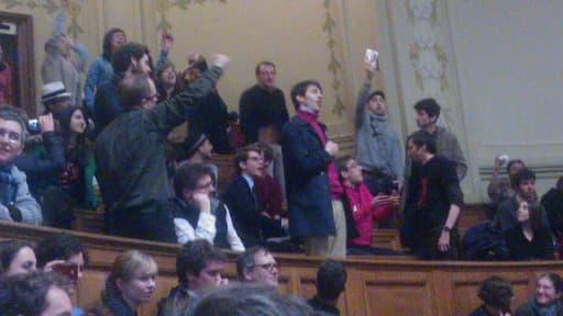 Une photo prise durant les échanges houleux dans l'amphithéâtre Richelieu de la Sorbonne, lundi soir.