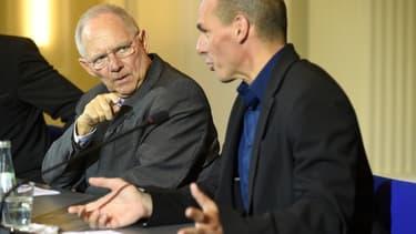 Wolfgang Schäuble à gauche et Yanis Varoufakis à droite.