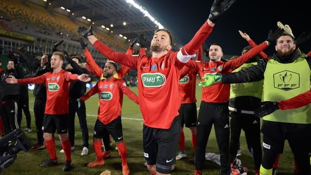 Les joueurs des Herbiers célèbrent leur qualification pour les demi-finales de la Coupe de France.