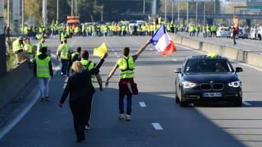 Des gilets jaunes marchent sur la rocade de Bordeaux, le 17 novembre 2018 à Paris.