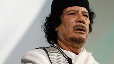 Mouammar Kadhafi dénonce l'ingérence de la communauté internationale, et notamment de la France : « Vraiment, ça fait rire, cette ingérence dans les affaires d'un pays... »