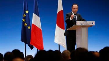 """Les puissances installées comme la France et le Japon doivent être """"à l'initiative"""" pour favoriser la croissance et l'innovation sans se laisser impressionner par le succès des pays émergents, a plaidé François Hollande samedi à Tokyo. /Photo prise le 8 j"""