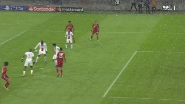 Le ballon heurte la main de Danilo après avoir rebondi sur Marquinhos (13e)
