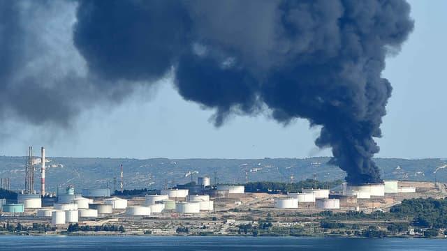 Un tourbillon de fumée s'échappe du site pétrochimique de LyondellBassell à Berre-l'Etang, le 14 juillet 2015.