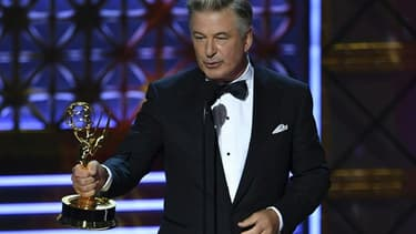 """Alec Baldwin récompensé pour sa caricature du président Trump dans le """"Saturday Night Live"""", lors des Emmy Awards 2017 en septembre dernier"""