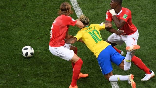 Neymar serré de près contre la Suisse