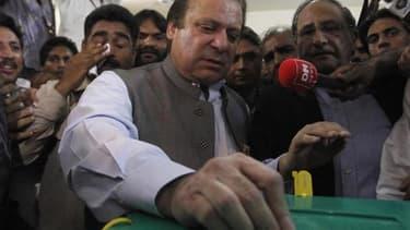 L'ancien Premier ministre Nawaz Sharif, ici dans un bureau de vote de Lahore, a revendiqué la victoire de son parti la Ligue musulmane (PML-N, opposition) aux élections législatives de samedi au Pakistan. /Photo prise le 11 mai 2013/REUTERS/Mohsin Raza