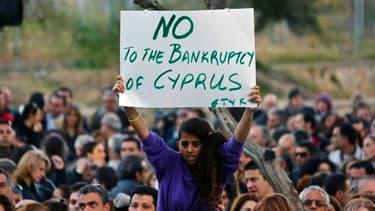 Manifestation d'employés de banques, qui sont toujours fermées ce 25 mars, devant le ministère des Finances à Nicosie.