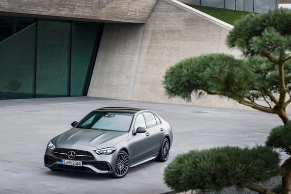 """Sur sa nouvelle berline, Mercedes introduit de nouvelles aides à la conduite comme l'assistant directionnel actif, qui """"aide le conducteur à suivre sa trajectoire sur une plage de vitesse allant jusqu'à 210 km/h"""", précise le constructeur allemand."""
