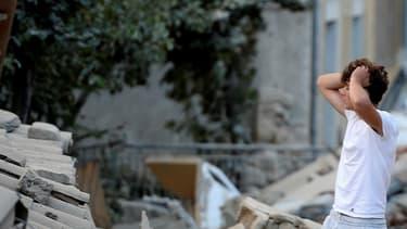 Un homme parmi les décombres à Amatrice, le 24 août 2016, après le puissant séisme qui a frappé le centre de l'Italie.