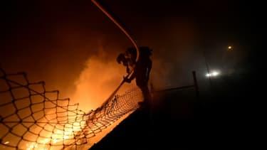 Un pompier lutte contre les flammes à Vigo, en Espagne, le 15 octobre 2017