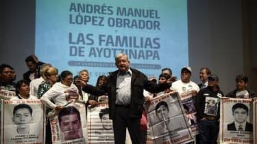 Andres Manuel Lopez Obrador entouré des proches des victimes.