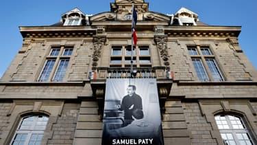 Un portrait de Samuel Paty  déployé sur la façade de la mairie de Conflans-sainte-Honorine, le 3 novembre 2020