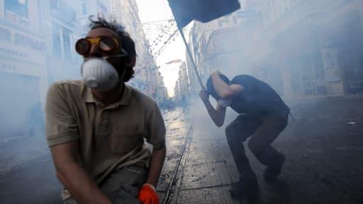 Manifestants en plein affrontement avec la police dans le parc Gezi, dans le centre d'Istanbul, vendredi.