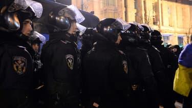 Des policiers déployés sur la place de l'Indépendance, à Kiev, le 10 décembre.