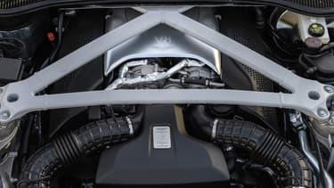 Deux anglaises récentes passent au V8, à peu près pour le même prix: l'Aston Martin DB11 et la Jaguar XE.