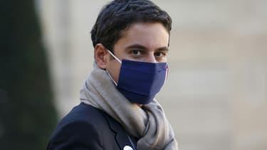 Le porte-parole du gouvernement Gabriel Attal à la sortie du Conseil des ministres, le 18 novembre 2020 à Paris