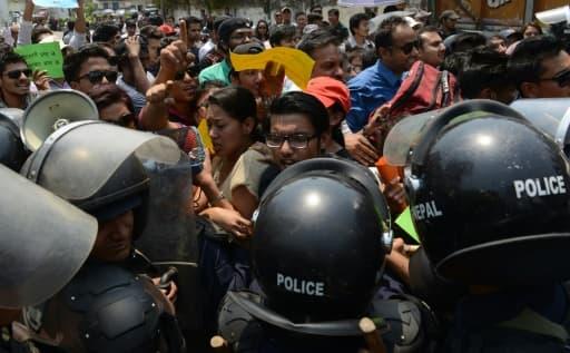 Des manifestants protestent contre les lenteur de autorités à reconstruire le pays, le 24 avril 2016 à Katmandou.